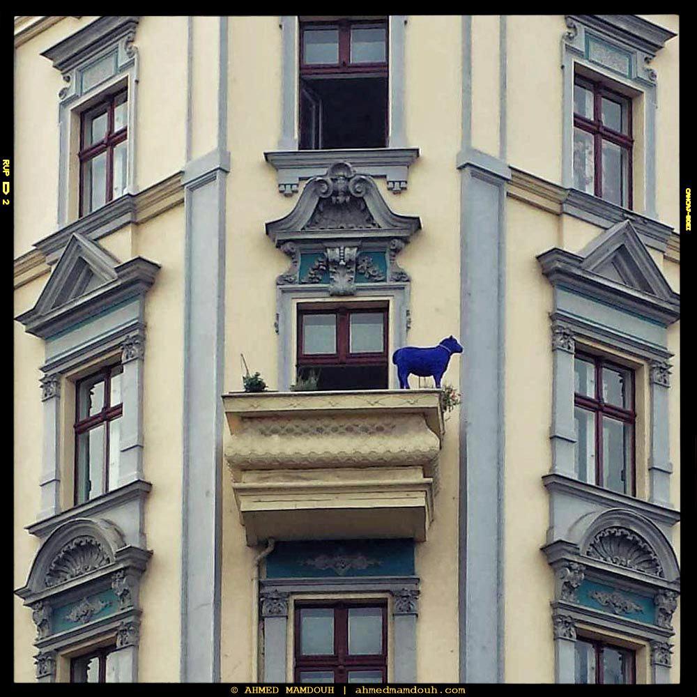تمثال خروف أزرق في شرفة شقة