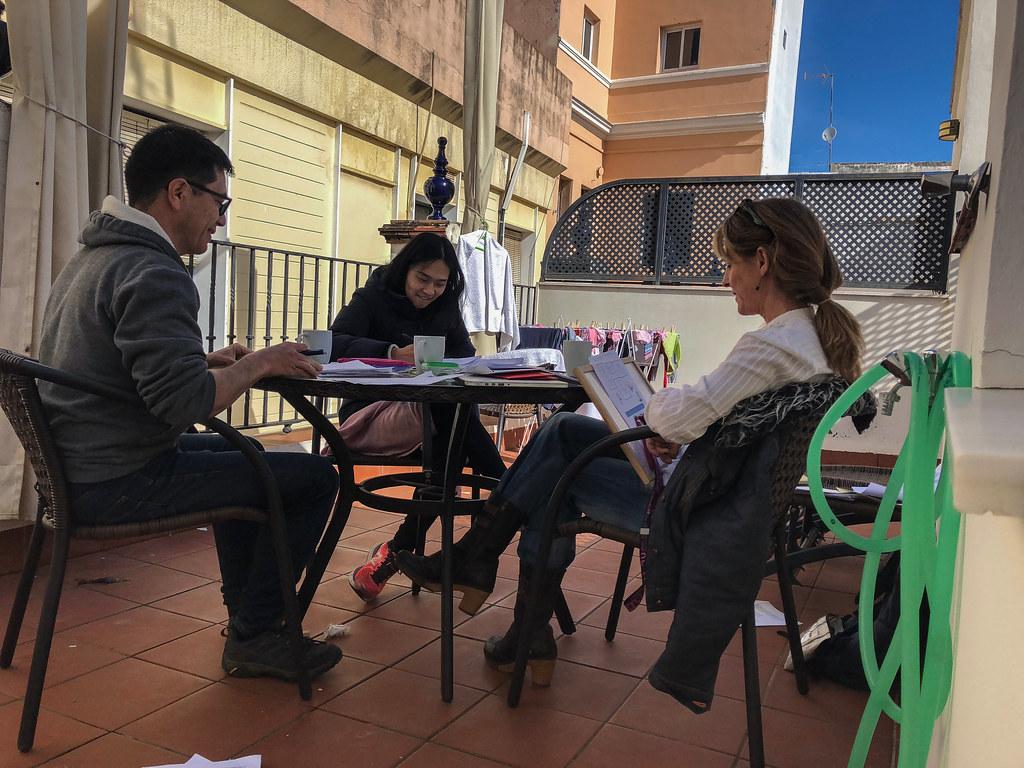Aquí, estamos aprendiendo español con nuestra maestra, Laura