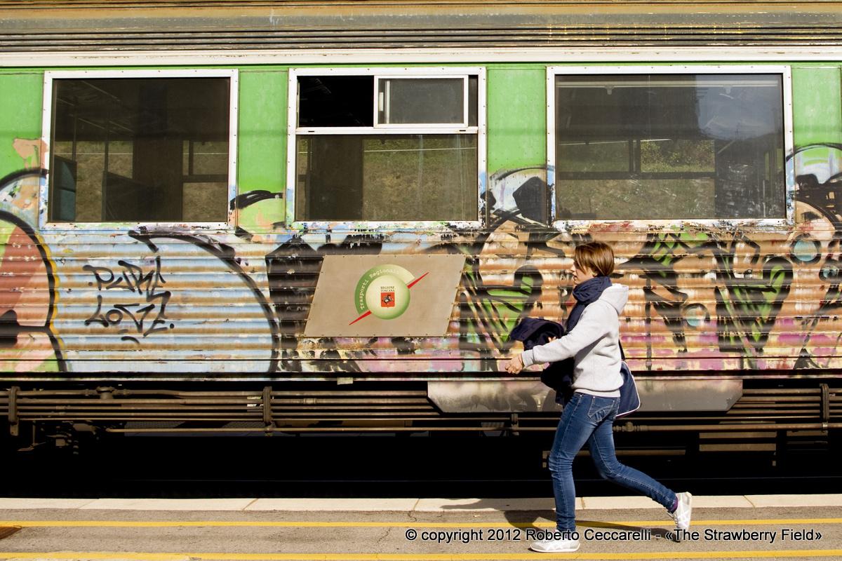 Treno pieno di graffiti alla stazione di Stia