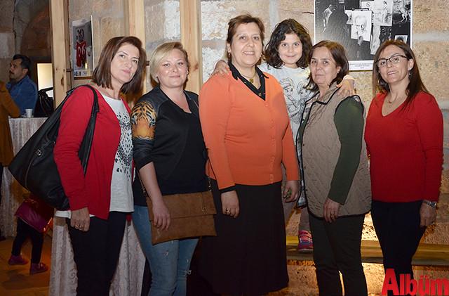 Alanya Belediyesi Kültür Evi Rölyef Kursu Eğitmeni Ayşe Gümüş ve kursiyerleri