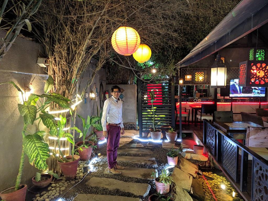 餐廳外頭還有戶外用餐區與錦鯉魚池花園造景