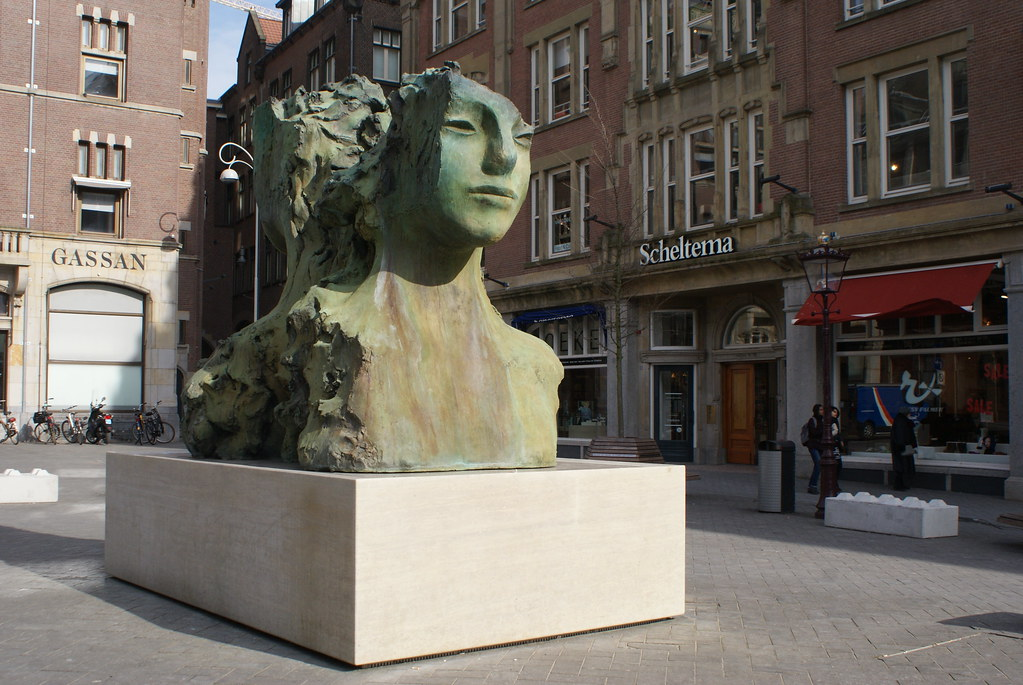 Statue devant la Librarie Scheltema à Amsterdam.