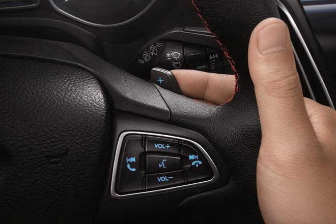 【圖三】New Ford Focus黑潮特仕版的方向盤換檔撥片 讓駕駛者雙手不用離開方向盤即可輕鬆轉換檔位 滿足車主對駕馭快感的追求