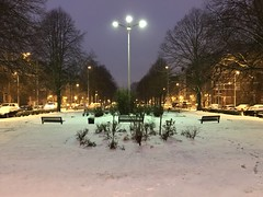 Luminaire central éclairant la neige