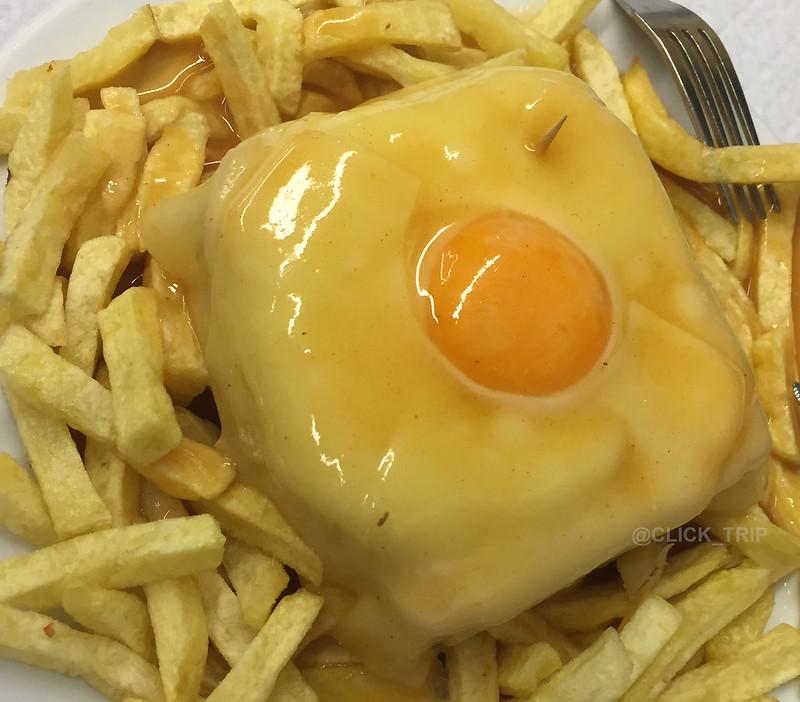 · Ruta por Oporto y alrededores · Francesinha del Café Santiago, plato típico de Oporto · Click_Trip ·
