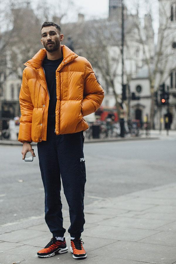オレンジダウンジャケット×黒セーター×FILA紺スウェットパンツ×Nikeエア ヴェイパーマックス プラス