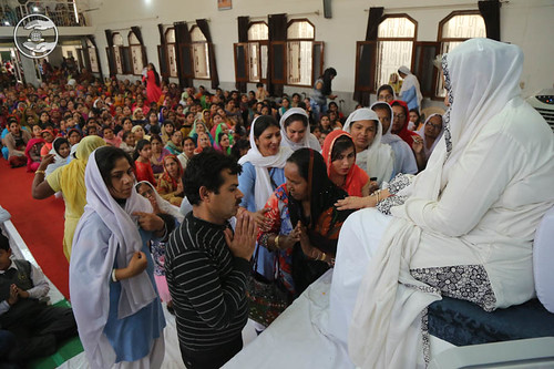 Devotees seeking blessings at Satsang Bhawan, Hissar