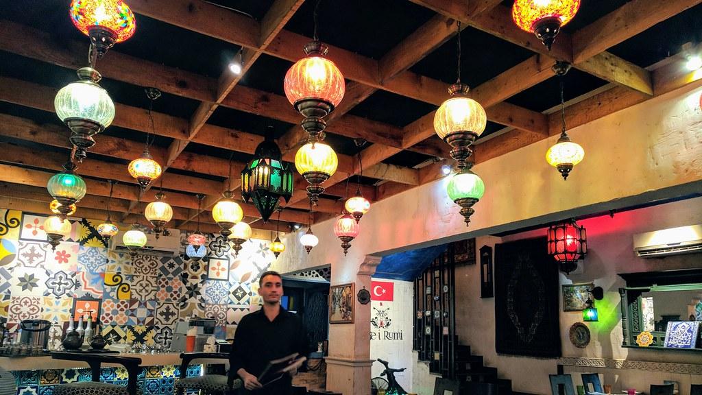 巴基斯坦拉蕊魯米餐廳一樓屋頂充滿土國風情燈飾