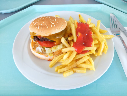 Double cheeseburger with bacon, salsa sauce & french fries / Doppelter Cheesburger mit Bacon, Salsasauce & Pommes Frites