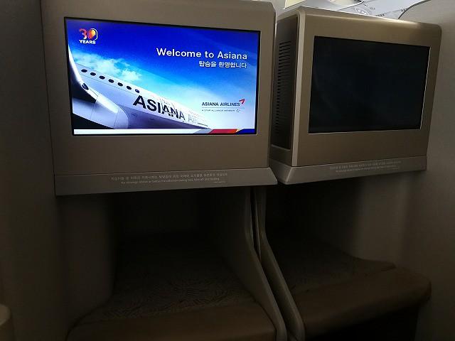 <p>a)アシアナ航空でプーケットに向かいます</p>