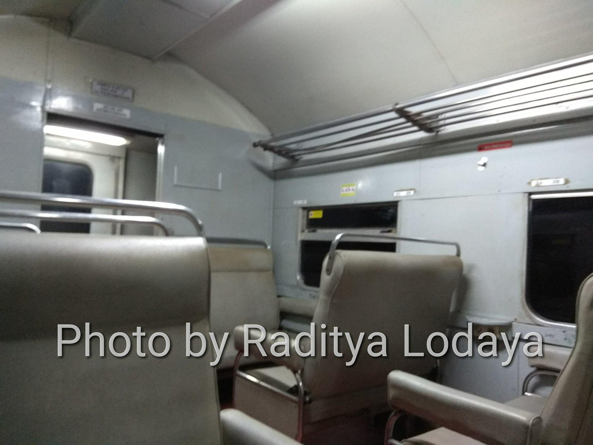 Kereta Api Bisnis (K2) di Kereta Api Lokal Cibatuan (4/5)