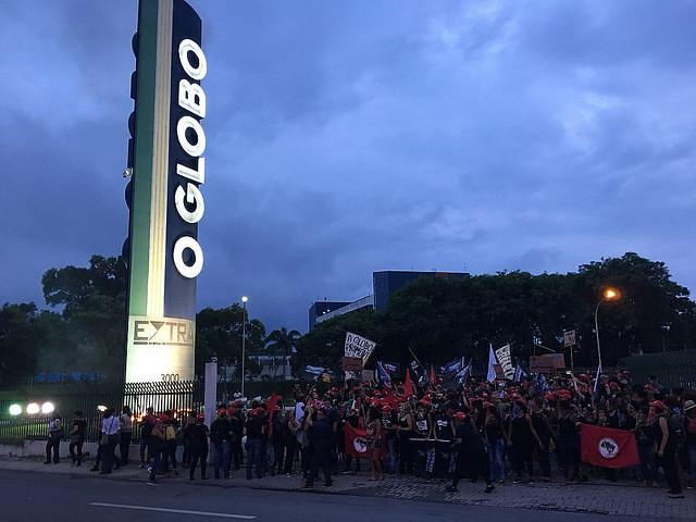 Mujeres integrantes de diversos movimientos populares del país bloquearon el acceso a las instalaciones del diario brasileño O Globo - Créditos: Levante Popular da Juventude