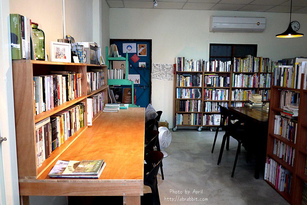 26918847068 06318d70a4 b - 台中獨立書店|梓書房-二手書、咖啡,和貓咪一起看書吧!