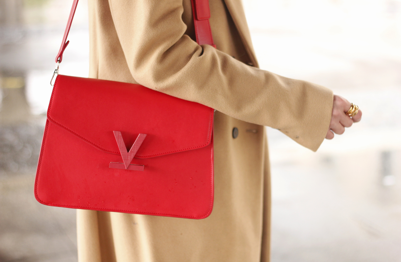 camel coat red valentinobags black outfit winter style fashion13