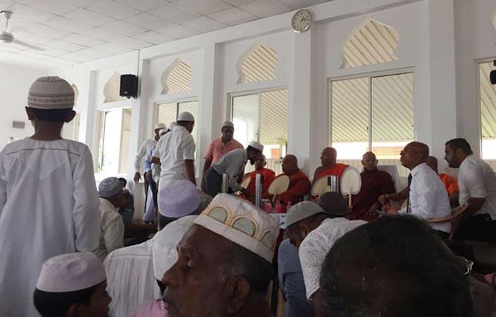 Para bhikkhu Sri Lanka mengunjungi masjid untuk memberikan perlindungan dan rasa aman bagi umat Muslim.
