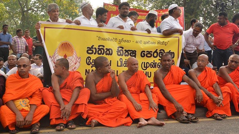 Umat Buddhis termasuk para bhikkhu dan umat Muslim melakukan protes di Taman Viharamahadevi, Kolombo, Sri Lanka, Kamis (8/3/2018) atas kerusuhan di Kandy dan sekitarnya.