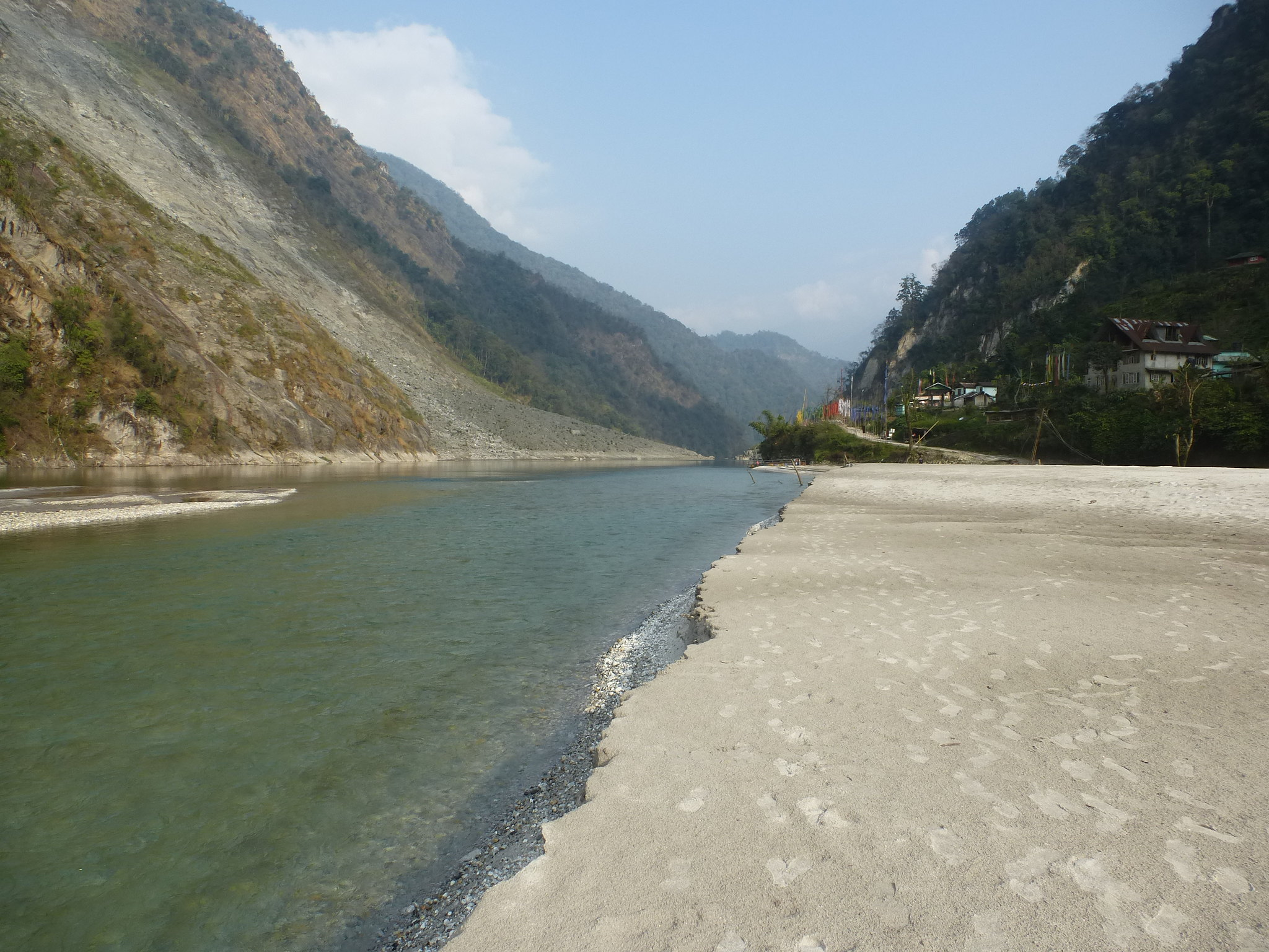 A huge sandbank has been formed on the Rongyoung due to silt being blocked by the Mantam landslide.