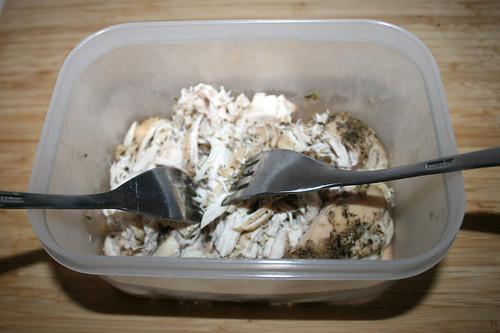 12 - Hähnchenbrust mit Gabeln zerteilen / Shred chicken breast with forks