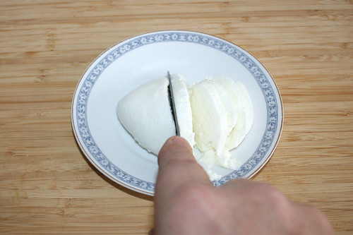19 - Mozzarella in Scheiben schneiden / Cut mozzarella in slices