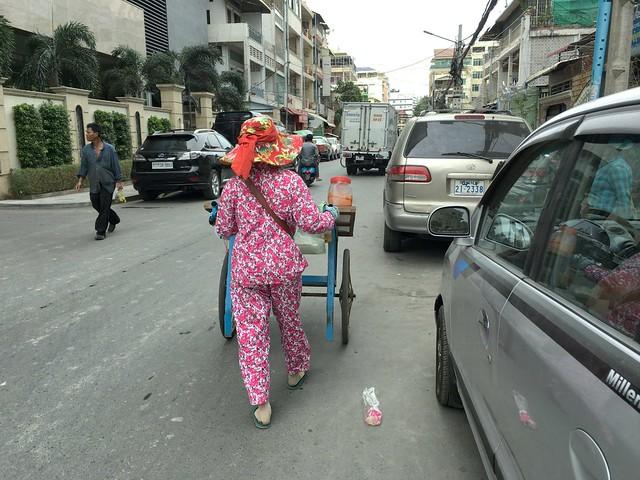車が多い都会だけどリヤカーの女性も堂々と道路を進む