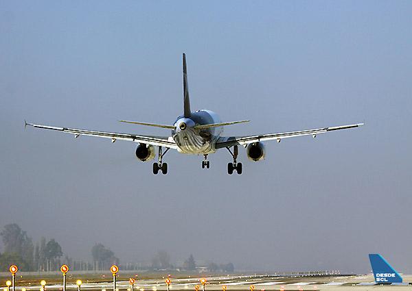 LAN A320 aterrizando desde atrás (A.Ruiz)
