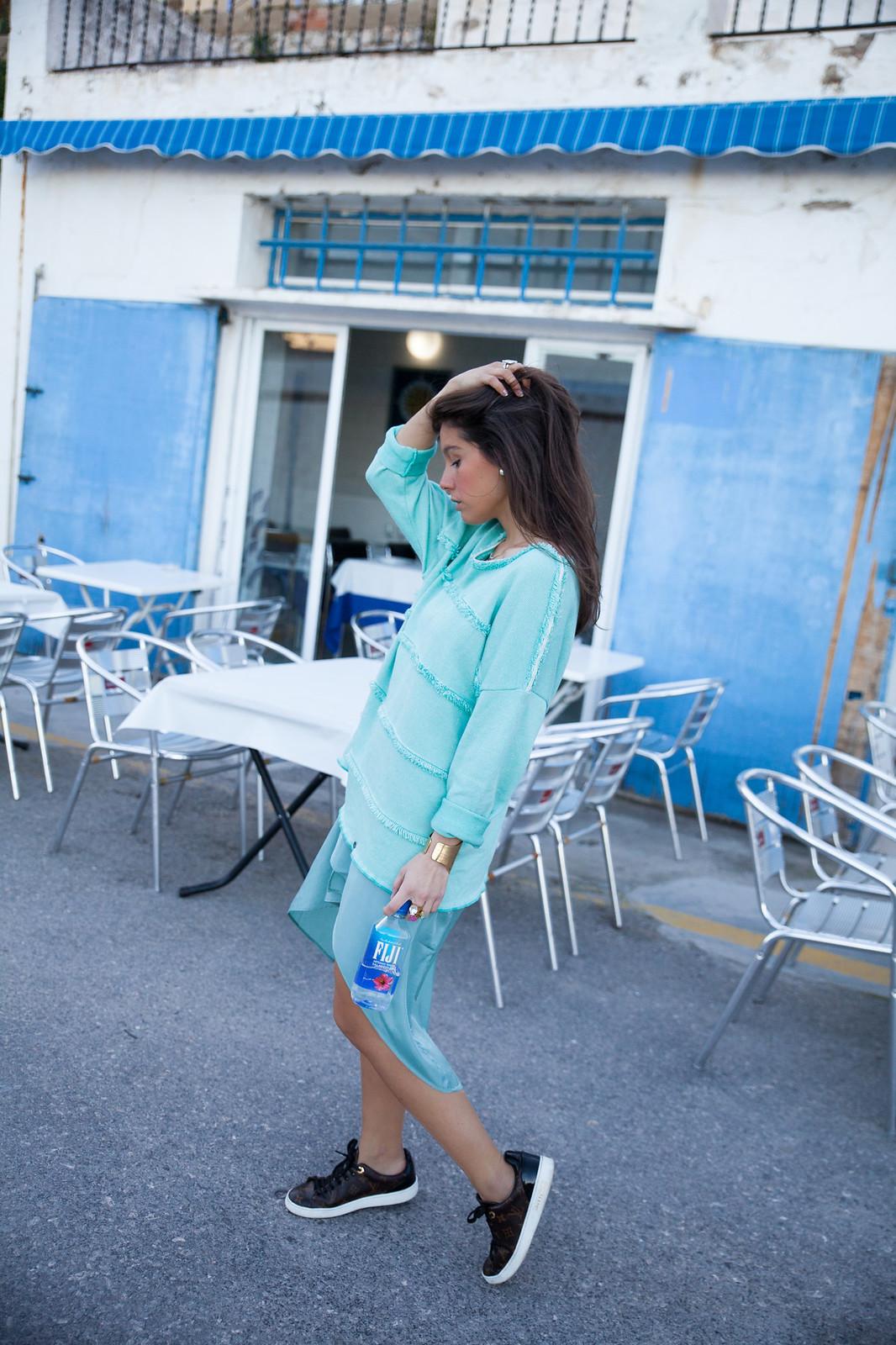 cómo combinar una prenda turquesa jersey de rüga y satin dress de na-kd theguestgirl look turquesa con sneackers de louis vuitton