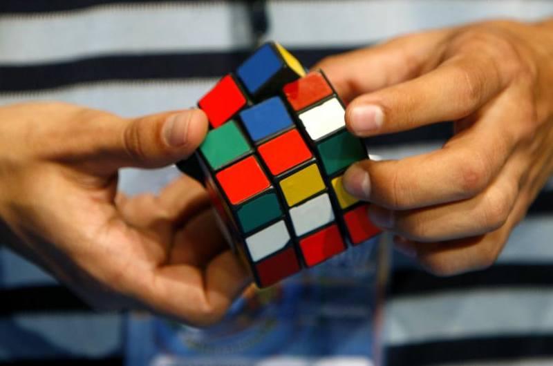 Ce robot résout un Cube Rubik en 0.38 secondes