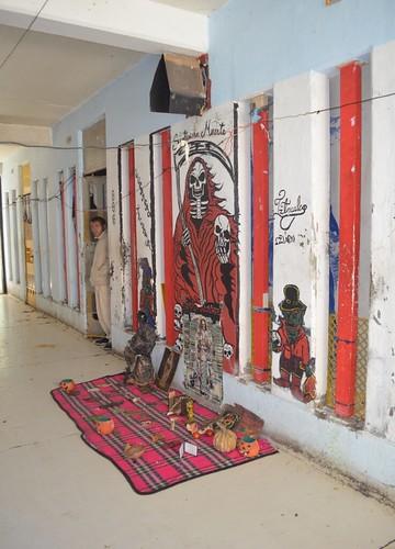 Altar a la Santa Muerte dentro de un pasillo en el CEVARESO.