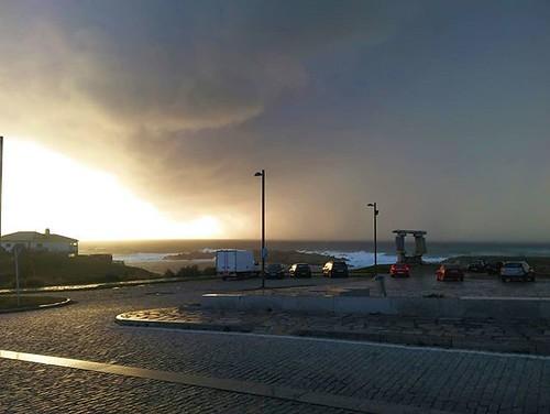 Paseo fotográfico con @croquetasyfotos hasta que nos pilló la lluvia. Hemos pillado buenas nubes. Esta con el móvil. #Coruña #nubes #clouds #rain #photowalk #phonephoto #photography