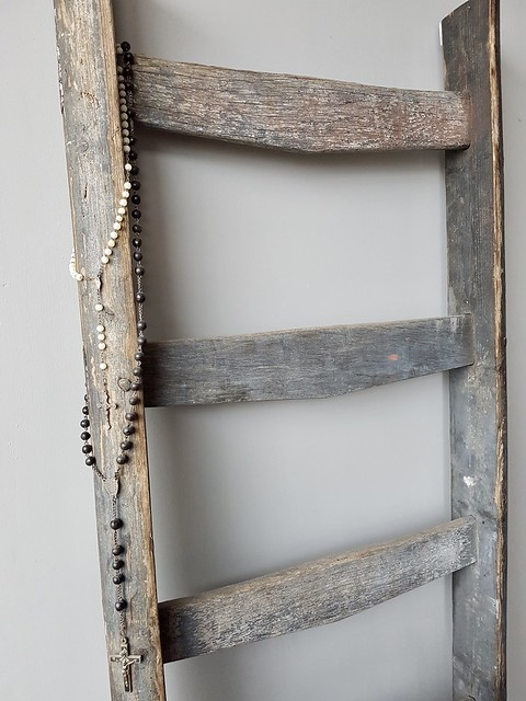 Houten ladder met rozenkrans