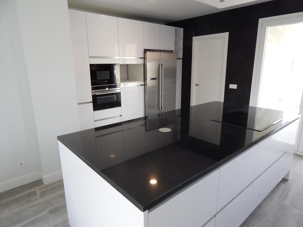 Muebles de cocina especialistas en dise o sin tiradores for Granito negro intenso
