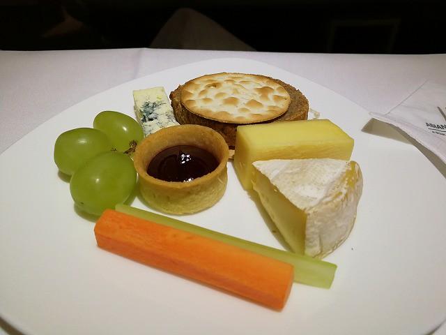 <p>c)チーズの盛り合わせ</p>