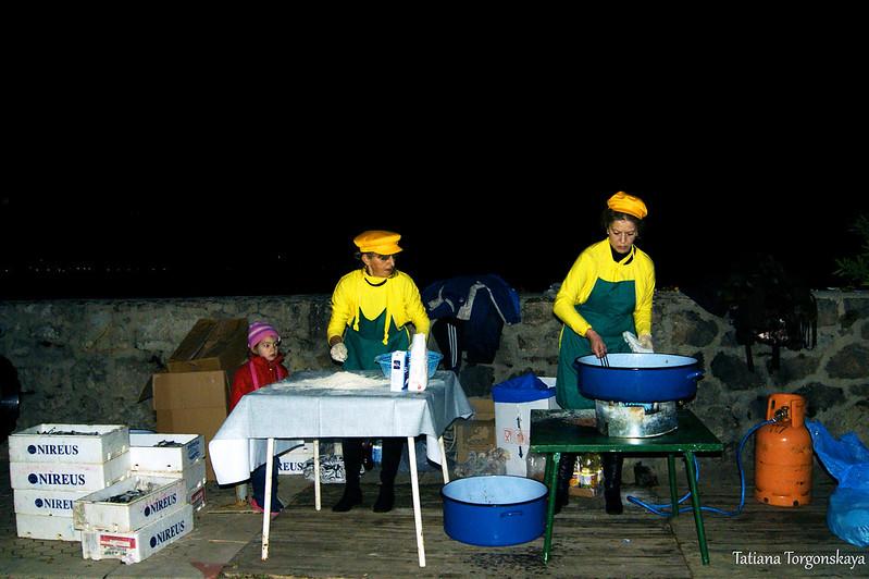 """Приготовление рыбы во время фестиваля """"Открытая улица"""". Игало"""