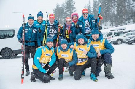 Bauer Ski Team na Birkebeinerrennetu v početné sestavě a s batohy na zádech