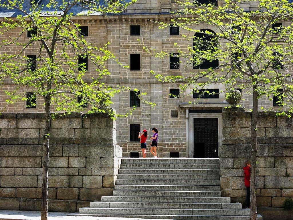 Jóvenes turistas y uno que se esconde para no salir en la foto de El Escorial