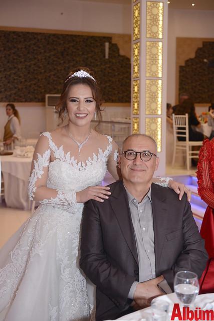 Gelin Melin Soylu eniştesi Hüseyin Sezen ile birlikte hatıra fotoğrafı çektirdi.