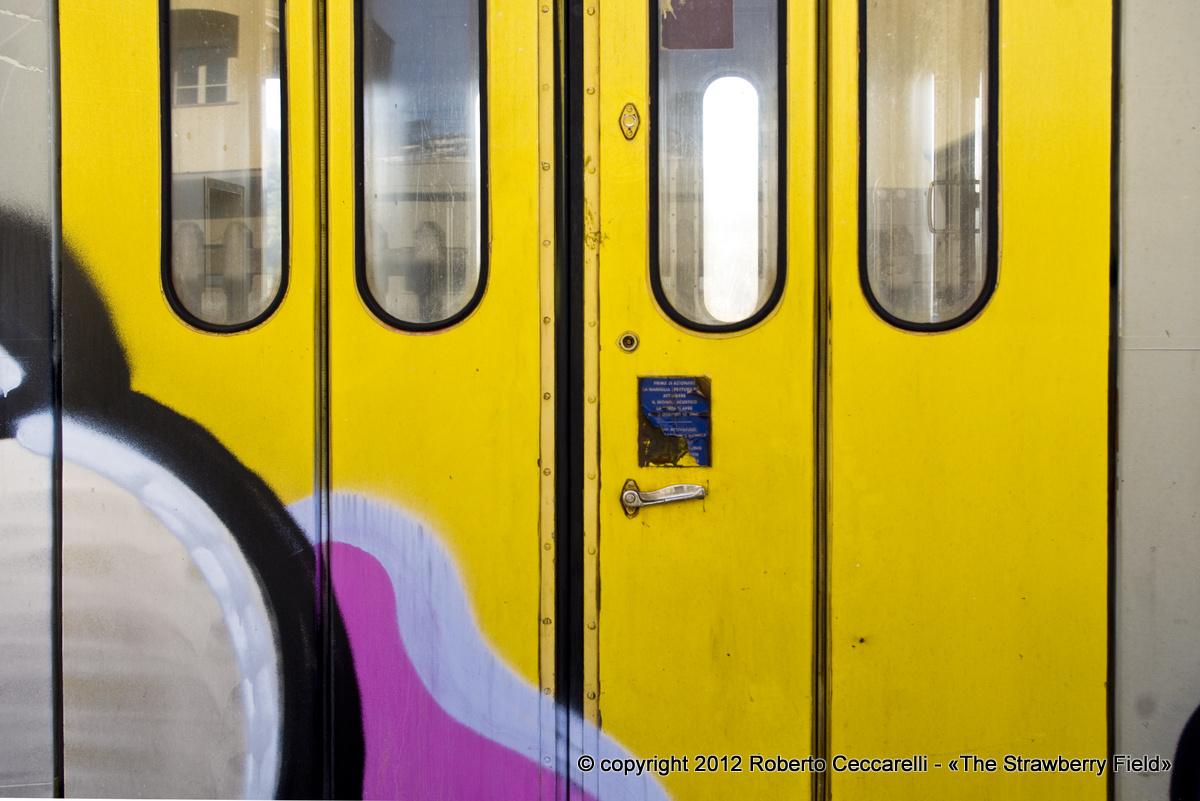 Particolare di una carrozza accantonata alla stazione di Bibbiena