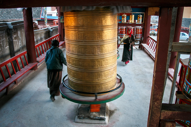 Pilgrims rolling prayer wheels 大きなマニ車を回しながら歩く巡礼者たち