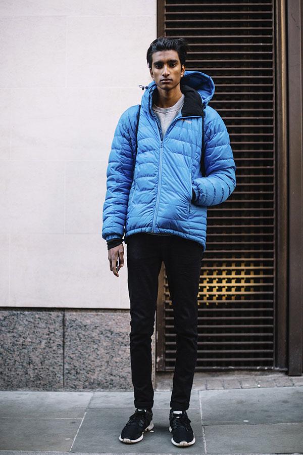 青ダウンジャケット×グレートレーナー×黒パンツ×黒スニーカー