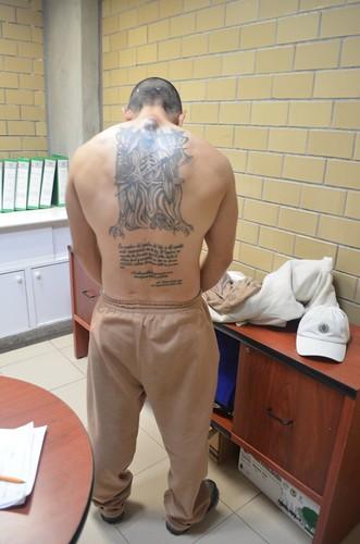 Oración y tatuaje de la Santa Muerte en la espalda de un interno del CEVARESO.