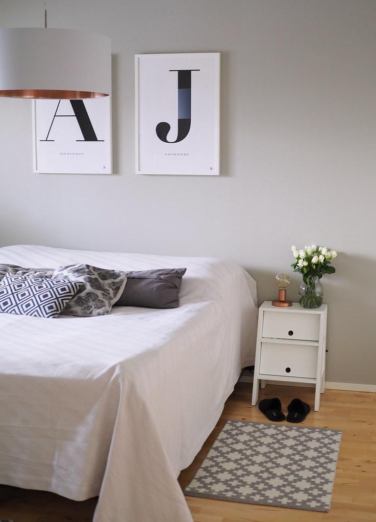 makuuhuoneen-seinien-maalaus-harmaaksi
