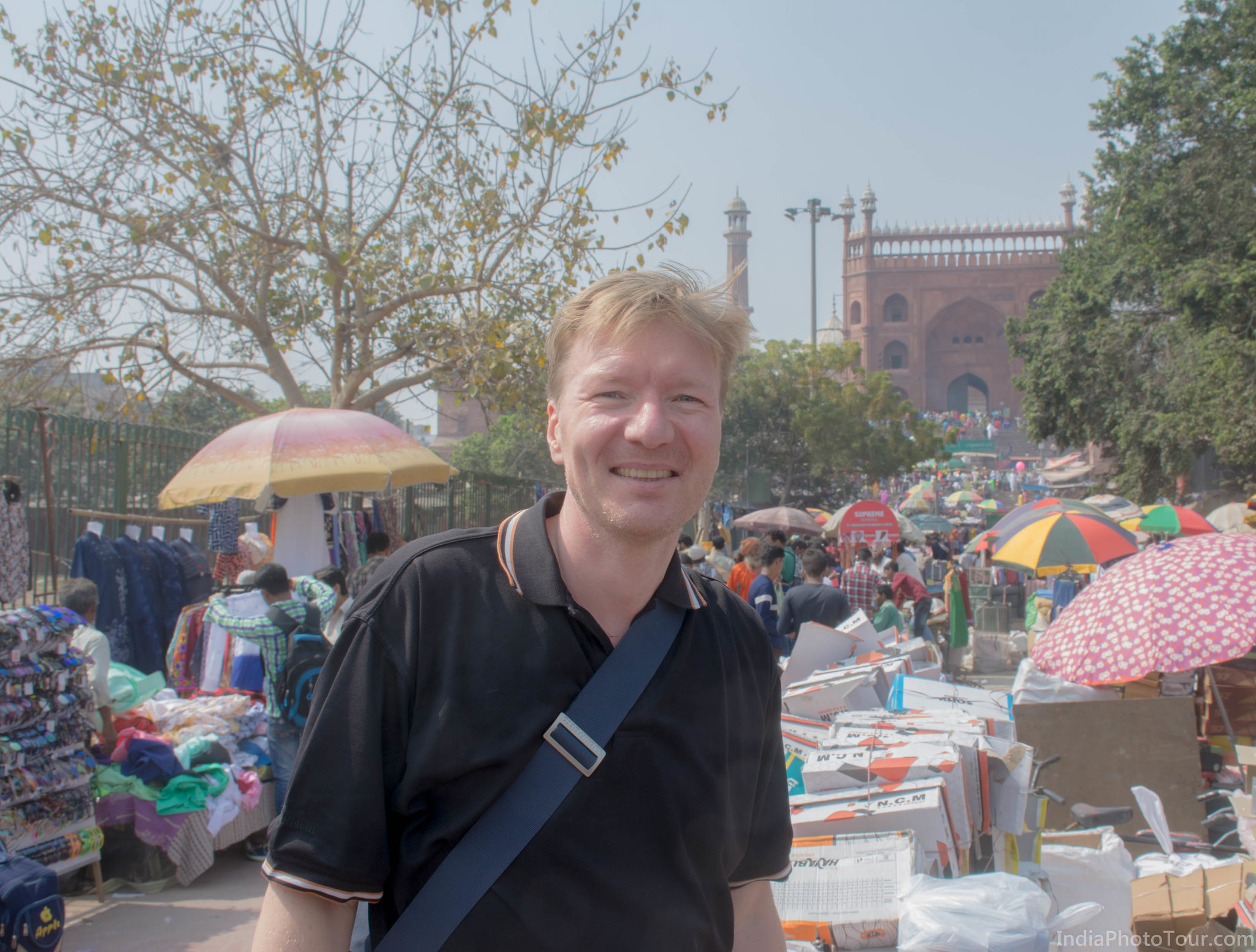Lars posing in the street market in front of Jama Masjid in Old Delhi
