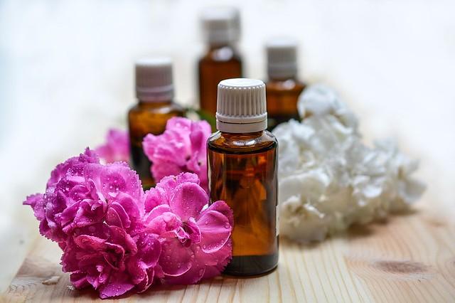 A aromaterapia extrai óleos essenciais de plantas e contribui para o bem estar físico e emocional - Créditos: Pixabay