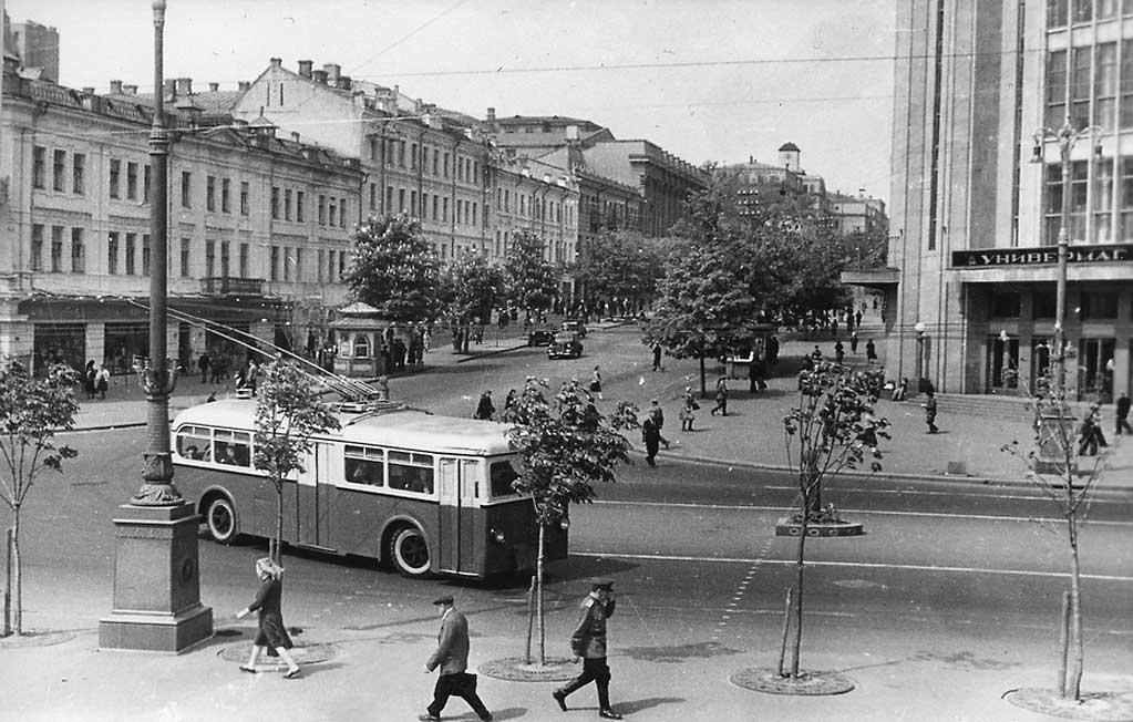 Троллейбус на Крещатике у Центрального универмага. 06dd6fb5e66