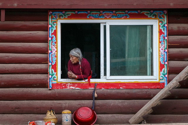 Elderly woman in the window, a small town in Eastern Tibet 可愛い窓から外を眺める可愛いおばあちゃん