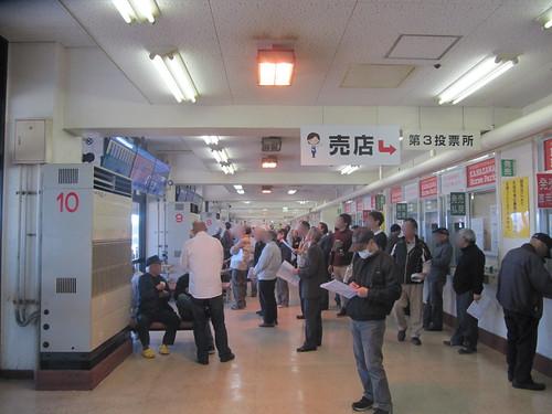 金沢競馬場の馬場寄りコンコース