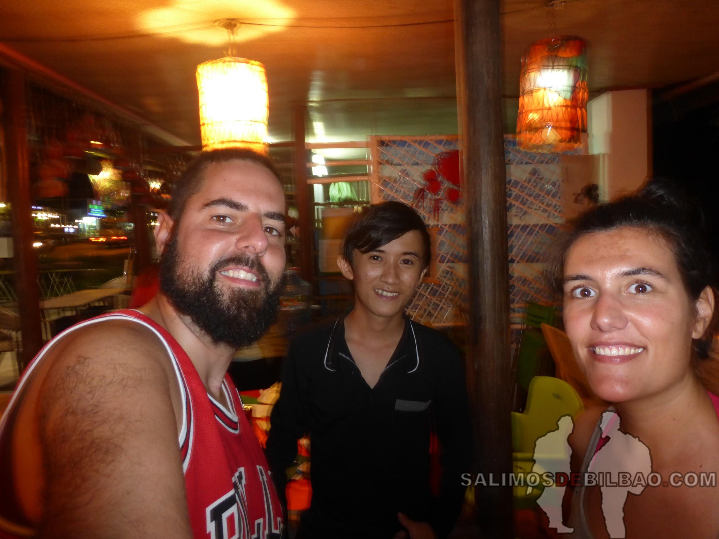 0097. Katz, camarero y Saioa, Restaurante, Phu Quoc