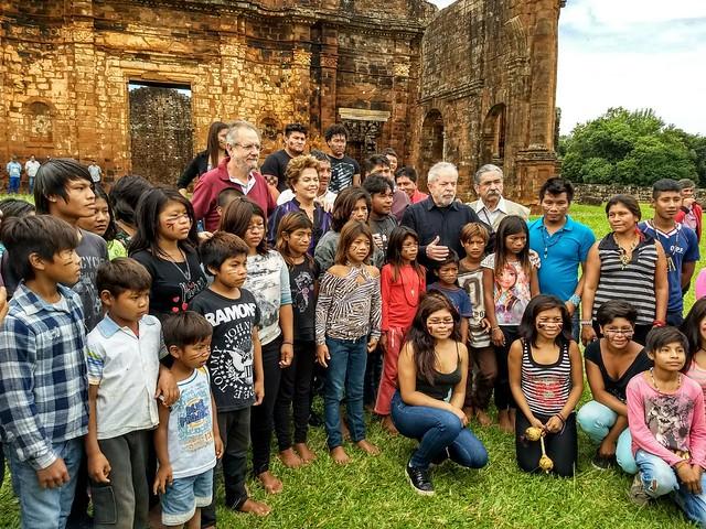 Em território sagrado, indígenas homenageiam Lula e denunciam cortes na saúde