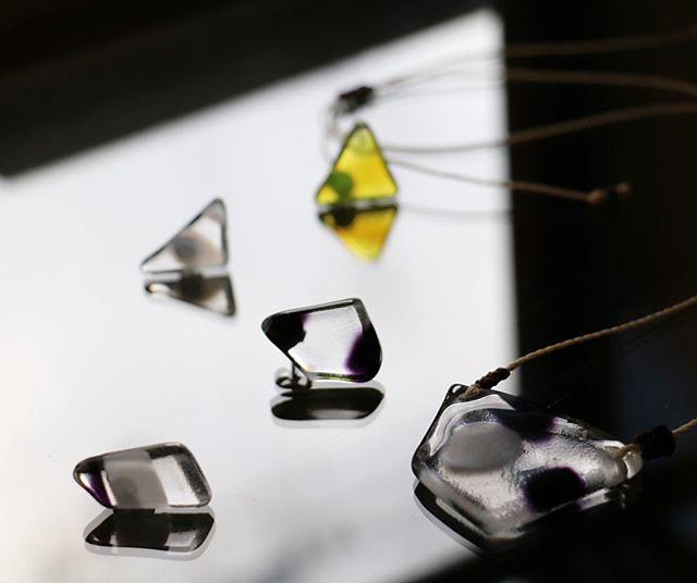 ガラスのもつ曖昧さ。固体でも液体でもない、透明なのだけれど、光を包み込むその柔らかい輪郭は生きものみたい ・ Ambiguity that glasses have softens a llight, and makes the fluctuated shape. It seems like cell walls which we have. ・ See you soon. ・ 京都西陣 たま茶 定休日:木・金 12~18 OPEN ・ #glassfusing #glassblowing #glass