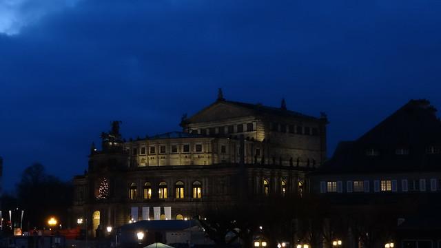 Hoftheater Semperoper in Dresden, 84 Meter breit, 77 1/2 Meter tief, hat fünf Stockwerke und 2400 Sitztplätze und Stehplätze 0462